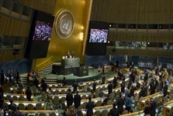 Ndani ya Baraza Kuu, wajumbe walisimama kwa dakika moja kumkumbuka Hayati Rais Michael Sata wa Zambia. (Picha:UN/Rick Bajornas)