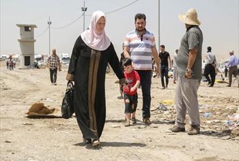 Familia hii walikimbia mapigano Mosul, Iraq na wako karibu na kituo ch Khazair.wanamatumaini y kuwepo mjini Erbil mpaka pale usalama utapatikana nyumbani.(Picha:UNHCR/R. Nuri)