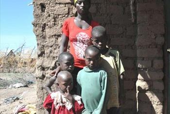 Leonie akiwa nje ya makazi yake na wanawe wanne. Ni mjane baada ya mume wake kufariki kufuatia mafuriko ambayo yaliwafurusha wengi kutoa kambi ya Kakuma nchini Kenya.(Picha ya UNHCR/C.Wachiaya)