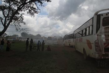 Msafara wa wakimbizi hao wakipanda basi.(Picha ya UM/Idhaa ya kiswahili/John Kibego)