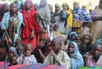 Wakimbizi wakikimbia vurugu la Boko Haram katika mji wa Borno, Nigeria, wakitafuta makazi katika kijiji cha Guesseré, Niger. Picha: IRIN / Anna Jefferys(UN news centre).