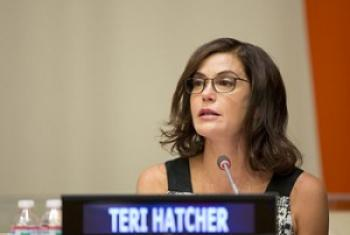 Muigizaji mashuhuri wa filamu nchini Marekani Teri Hatcher wakati akitoa ushuhuda wake. (Picha:UN Women/Ryan Brown)
