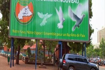 Bango la kuhamasiha ujumbe wa amani nchini Burkina Faso.(Picha ya IRIN/Chris Simpson)