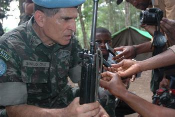 Kamanda Mkuu wa vikosi vya MONUSCO, Jenerali Carlos Alberto dos Santos Cruz akiwa Beni Kivu Kaskazini mwezi Aprili 2014.(Picha ya UM/Clara Padovan)