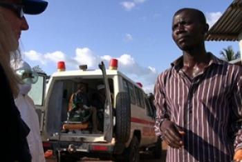 Harakati za kusafirisha wagonjwa wa Ebola huko Sierra Leone. (Picha:WHO/C. Black — in Sierra Leone.)