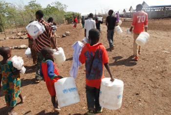 Wakimbizi kutoka Sudan Kusini waliokimbilia nchi jirani, hapa ni katika kambi ya Kakuma nchini Kenya.(Picha ya UNHCR/2011)