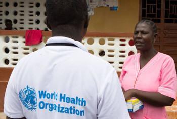 Mfanyakazi wa WHO akifuatilia na kubaini watu ambao wamewasiliana na mtu mwenye ugonjwa wa Ebola. Picha: WHO/C. Black/Sierra Leone