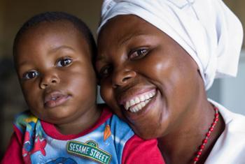 Lackson na mamake Agness Chabu ambaye hakuambukizwa virusi vya HIV licha ya kwamba wazazi wake wana ukimwi.(Picha ya .© UNICEF/NYHQ2011-0262/Nesbitt)