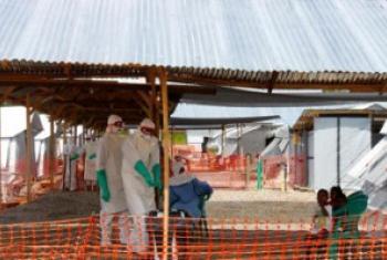 Kituo cha tiba cha Ebola katika Kenema, Sierra Leone. Picha: UN Picha / Ari Gaitanis