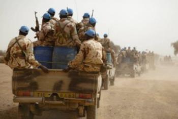 Walinda amani wakiwa kwenye doria kwenye moja ya maeneo, nchini Mali. (Picha ya @MINUSMA)