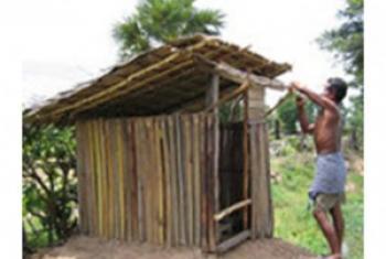 Mwananchi akijenga choo hapa ni Cambodia. (Picha:UNICEF-Cambodia)