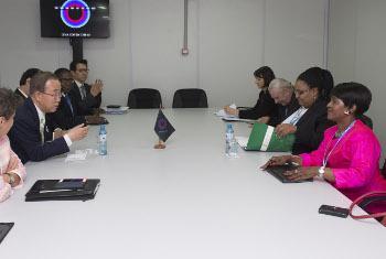 Katibu Mkuu Ban Ki-moon wakati alipokutana na waziri wa maji na mazingira kutoka Afrika Kusini Edna Molewa.(Picha ya UM/Mark Garten)