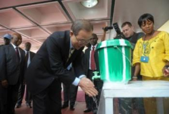 Katibu Mkuu wa UM Ban Ki-Moon akinawa mikono baada ya kutua kwenye uwanja wa ndege wa Roberts, kwenye mji mkuu wa Liberia, Monrovia. (Picha:UNMIL-Facebook)