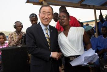 Katibu Mkuu wa UM Ban Ki-moon akisalimiana na muuguzi Rebecca Johnson aliyepona baada ya kuugua Ebola. (Picha:UN /Martine Perret)