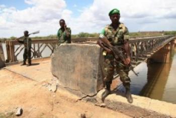 Askari wa kikosi cha Afrika kinacholinda amani nchini Somalia, wakilinda daraja la mto Juba lililotwaliwa kutoka kwa Al shabaab. (Picha:AU/UN/IST/Mahamud Hassan)