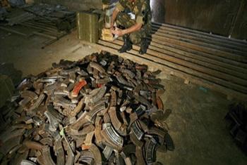 Mlinda amani nchini DRC akikagua baadhi ya silaha zilizonyakuliwa huko Beni Kivuv Kasakazini.(Picha ya UM/Martine Perret)