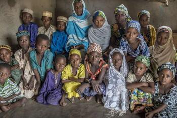Bouba Mairama akizungukwa na watoto, baadhi yao wakimbizi kutoka Jamhuri ya Afrika ya Kati, ambaye anawalea nyumbani kwake katika Gbiti, Cameroon. Picha: UNHCR
