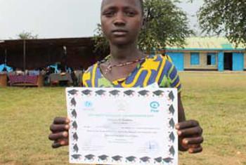Huyu ni msichana Natabo Gabriel,huko Sudan Kusini akiwa na cheti baada ya kuhitimu jimbo la Equitoria(Picha© UNICEF South Sudan/2014/Ligoo)