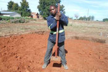 Innocent Makumbalaying ni mwanafunzi wa shule ambayo inashiriki na mradi BEAR nchini Zambia. Picha: UNESCO