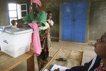 Mwanamke anayepiga kura nchini Burundi, mwaka 2005. Picha ya UN / Martine Perret