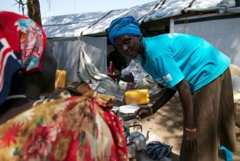 Mkimbizi anayeishi kwenye kambi ya UNMISS, Bor. Picha ya OCHA.