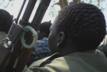 Askari watoto wakati walipokuwa wanakabidhi silaha, magwanda na kukabidhiwa nguo za kiraia. (Picha:Kutoka video ya Unifeed)