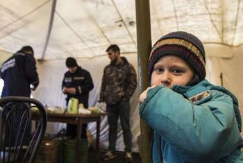 Mtoto aliyekimbia makwao na familia yake, kwenye hema ya UNHCR, nchini Ukraine. Picha ya UNHCR.
