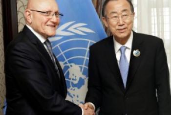 Katibu Mkuu wa UM Ban Ki-moon (Kuila) akiwa na Waziri Mkuu wa Lebanon Tammam Salam mjini Kuwait. (Picha: UN/Evan Schneider)