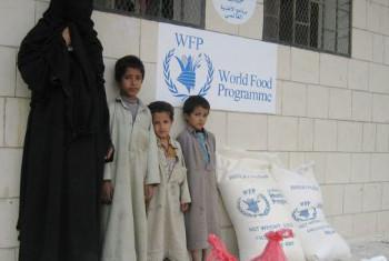 Wakimbizi wa ndani wa Sa'ada, Yemen, wakipokea msaada wa chakula wa WFP. Picha: WFP / Atheer Najim