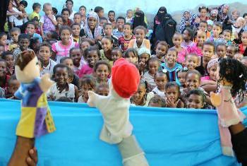 Watoto wakiangalia maigizo mjini Aden, Yemen. Picha ya UNICEF Yemen/Yassir Abdul-Baqi