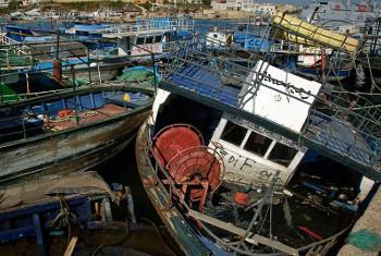 Makumi ya maelfu ya watu hujaribu kufika Ulaya kwa njia ya maboti hatari kama haya huko Libya. Picha: UNHCR / F. Noy
