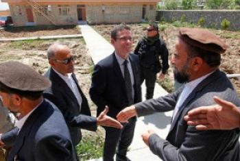 Bwana Ivan Šimonović, alipokutana na Kaimu gavana wa jimbo la Kapisa nchini Afghanistan. (Picha: Fardin Waezi / UNAMA)
