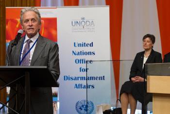 Michael Douglas akihutubia kongamano la kutathmini mkataba wa kuzuia ueneaji wa silaha za nyuklia. Picha ya UN/Eskinder Debebe.