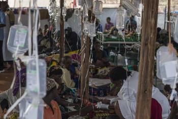 Wakimbizi wa Burundi wakipatiwa tiba dhidi ya Kipindupindu mkoani Kigoma nchini Tanzania. (Picha:© UNHCR/B.Loyseau)