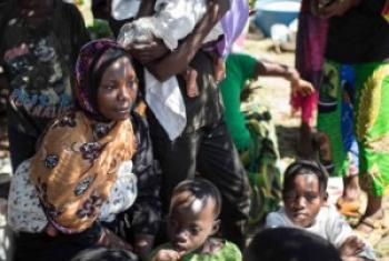 Wakimbizi wa Burundi wakiwa kwenye fukwe za Ziwa Tanganyika wakisubiri majaliwa yao. (Picha: UNHCR/F.Scoppa)