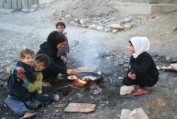 Familia ya wakimbizi wa ndani wakiandaa chakula, mjini Alep, Syria. Picha ya OCHA/Josephine Guerrero.