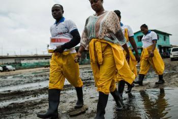 Wafanyakazi wa kujitolea wakihamasisha jamii, nchini Liberia. Picha ya UNDP/Morgana Wingard (MAKTABA)