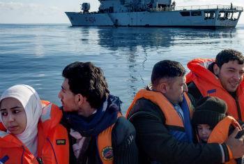 Wahamiaji wa Syria wakiokolewa kwenye bahari ya Mediteranea. Picha ya UNHCR/A. D'Amato.