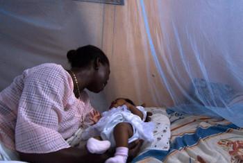 Mtoto mchanga akizungukwa na chandarua yenye kinga dhidi ya malaria nchini Ghana. Picha: Benki ya Dunia / Arne Hoel