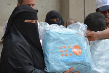 UNFPA ikisambaza vifaa vya kujisafi kwa wanawake nchini Yemen. Picha kutoka akaunti ya Twitter ya UNFPA Yemen.