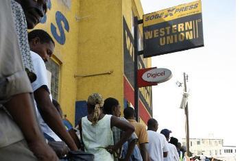 Watu wakisubiri kupokea pesa katika kituo cha kutuma na kupokea fedha Western Union. Picha: