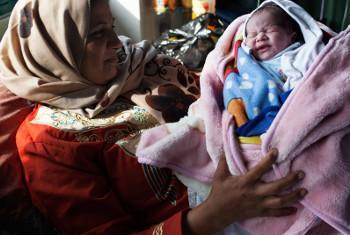 Mama na mtot wake mchanga kwenye hospitali ya Al-Shifa iliyoko Gaza, UNRWA ikisema idadi ya watoto wanaokufa kabla ya kufikisha umri wa mwaka mmoja imeongezeka kutokana na matatizo yanayokumba sekta ya afya. Picha ya UNICEF/Loulou d'Aki.