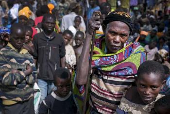 Bibi mzee akisubiri miongoni mwa umati wa wakimbizi kutoka Burundi katika kambi ya wakimbizi ya Mahama, Rwanda.Picha:UNHCR/UNHCR/K.Holt