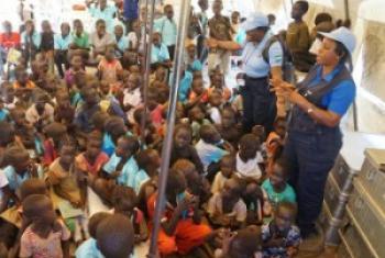 Wakimbizi Sudan Kusini wakipatiwa maelekezo na maafisa wa UM. (Picha:UNMISS/Ilya Medvedev)