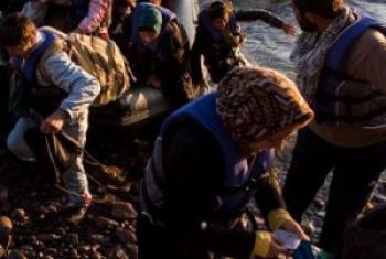 Kundi la raia wa Afghanistan wakiwasili kwenye kituo cha Lesbos, Ugiriki baada ya kusafiri kutoka Uturuki. (Picha: UNHCR/A. McConnell)