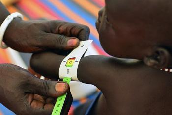 Mtot apimwa nchini Sudan Kusini. Picha ya UNICEF/Christine Nesbitt