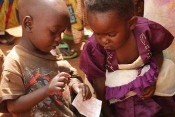 Watoto wawili wakimbizi kutoka Burundi kwenye kambia ya Mahama, Mashariki mwa Rwanda. Picha: UNICEF / NYHQ 2015-1378 / Pflanz