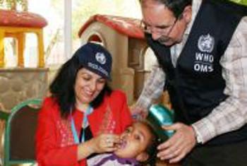 Dr Naeema Al Gasseer, mwakilishi wa WHO Sudan akimpa mtoto vitamini A wakati wa kampeni dhidi ya polio nchini Sudan.(Picha:WHO)