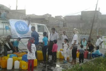 Shirika la WHO likisambaza msaada wa maji kwa wakazi wa Taiz. Picha ya WHO Yemen.