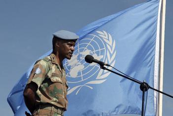 Derick Mbuyiselo Mgwebi mwaka 2006, akiwa kamanda wa Ujumbe wa Umoja wa Mataifa nchini Burundi. Picha ya UN/ Mario Rizzolio